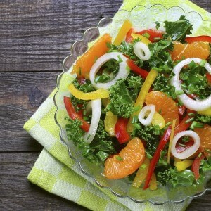 Salad with curly kale, paprika, mandarin and onions